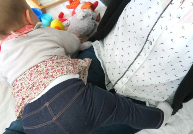 faire de la gym sur maman jeu de bébé rampeur