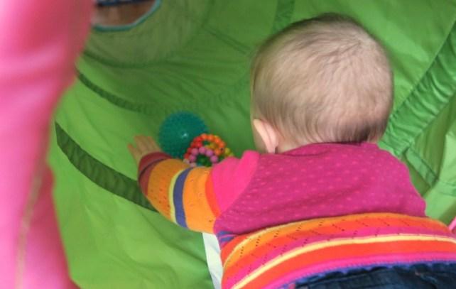 jeu bébé dans tunnel de motricté ikea