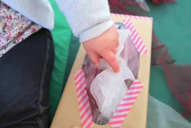 jeu de bébé tirer des foulards et des tissus