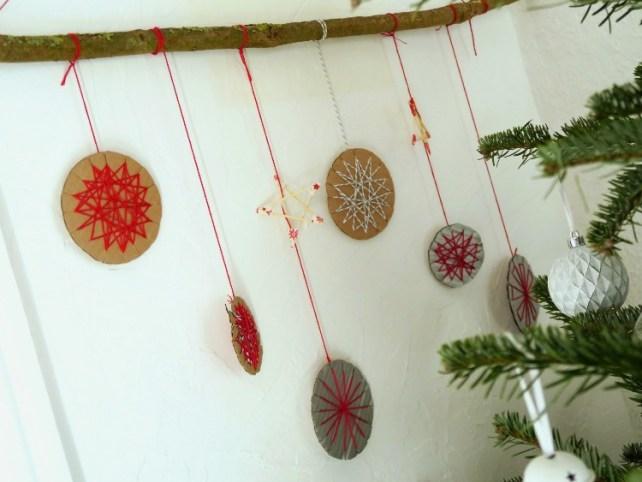 Décoration de Noël DIY carton et fil de coton Activité enfant facile
