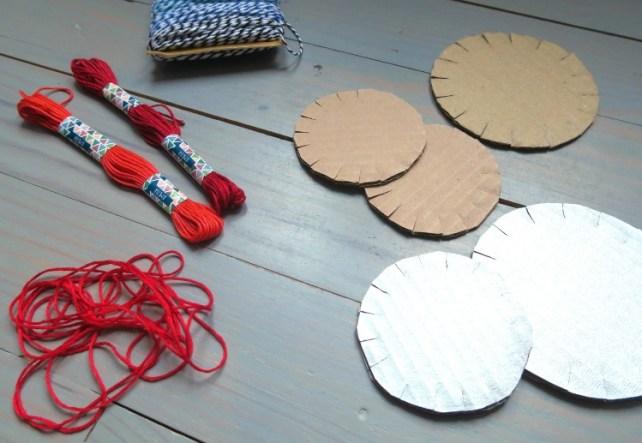 Matériel pour fabriquer boules de Noël en carton et fil DIY enfants