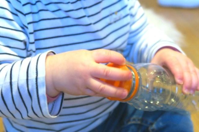 Activite bebe Montessori visser bouteille
