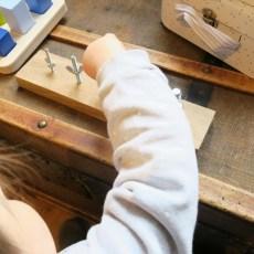 Activité Montessori : Visser/Dévisser  [18-24 mois]