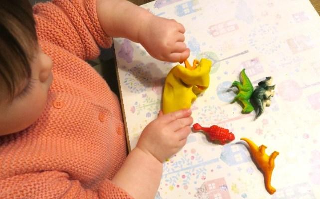 Chasse aux dinosaures en pate a modeler activite bebe 18 mois