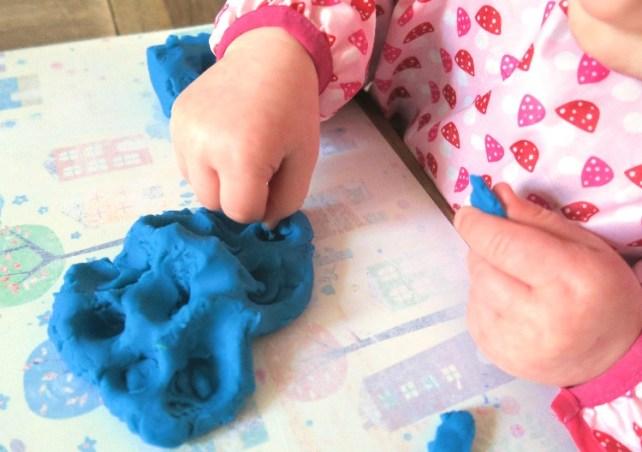 emietter de la pate a modeler jeu bebe 18-24 mois