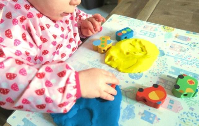 empreintes dans pate a modeler activite bebe