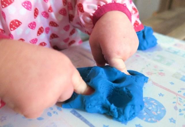 les plantations en pate a modeler activite sensorielle avec bebe