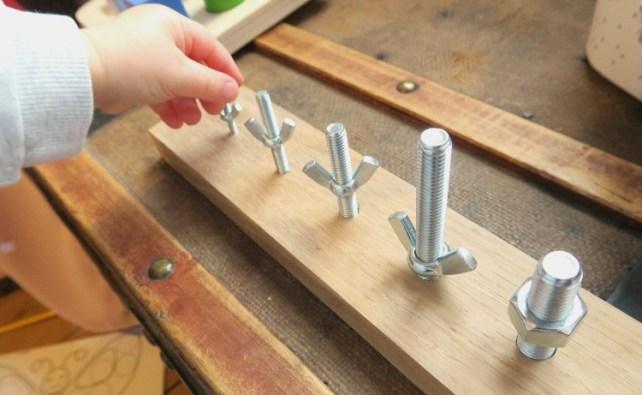 Atelier vissage boulons Activite bebe 18 mois Montessori