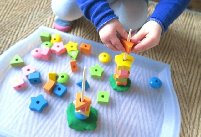 Montessori jeu sur plateau activite bebe enfilage perles