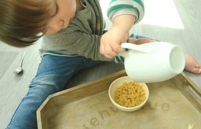 Transvasement sur plateau et pichet Montessori bebe