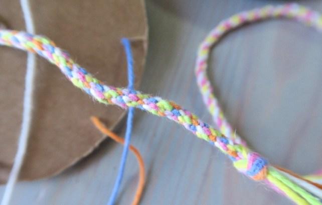bracelets en fil de coton à fabriquer avec du carton activité facile pour les enfants