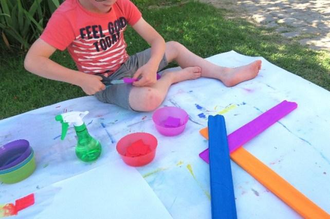 couper bandes papier crépon pour activité peinture teinture