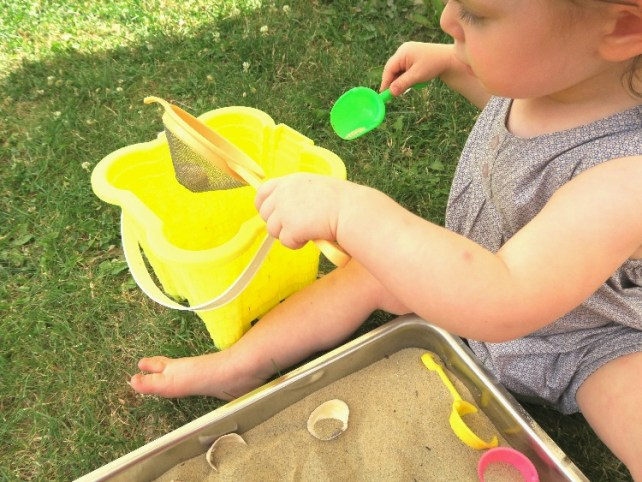 transvasement et tamisage coquillage sable Montessori bac sensoriel