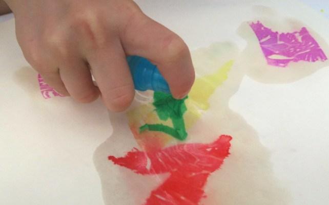 arts visuels papier crépon mouillé et spray vaporisateur