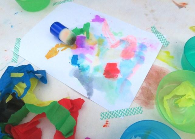 création artistique avec bébé tampon eau et papier crépon