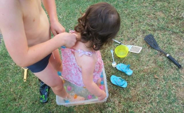 jouer dans une bassine idée jeux avec glaçons enfant