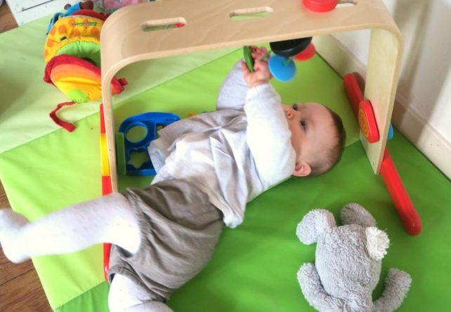 les retournements au sol important pour la marche de bébé