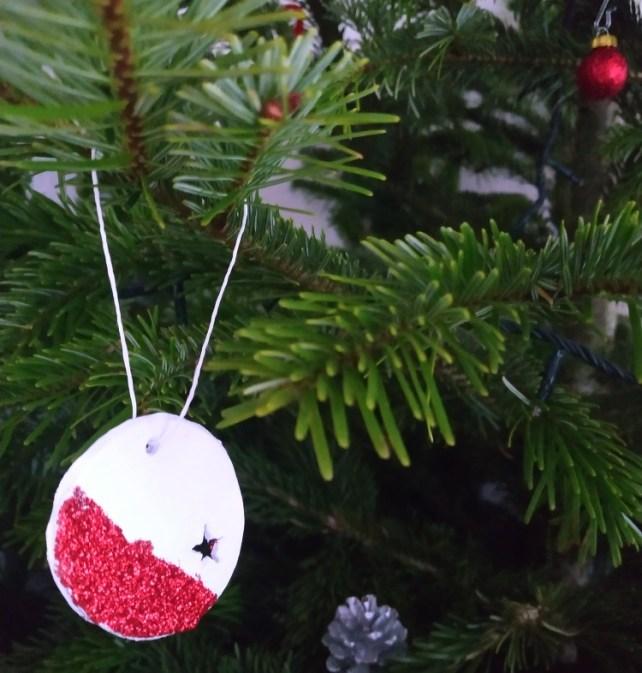 DIY décoration de Noël en pâte autodurcissante pour sapin avec paillettes facile à fabriquer