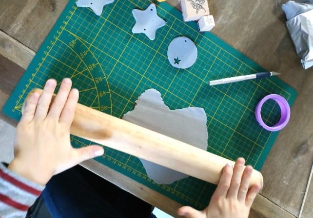 DIY fabriquer des décorations de Noël en pâte autodurcissante avec enfant
