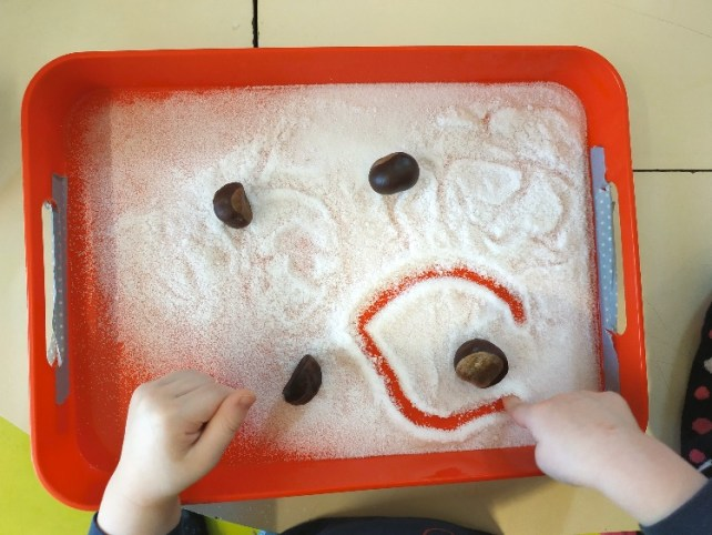 Atelier premiers graphisme bébé ronds dans plateau de sel