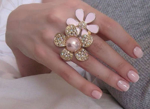 short nails in pastel shade