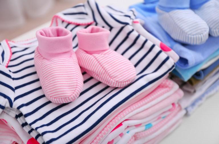 ce poti face cu hainele bebelusului cand ii sunt mici