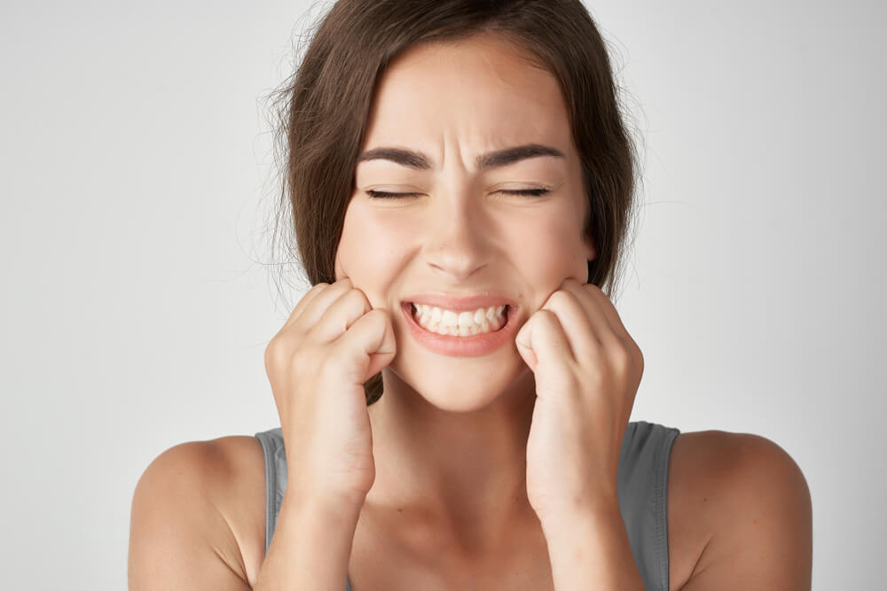 women suffers with teeth problem