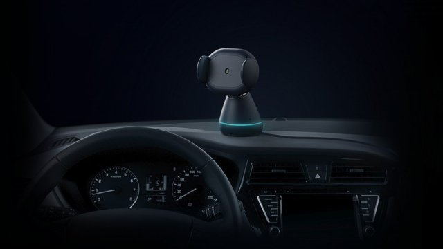 A photo of the iOttie Aivo Connect smartphone holder in a car.