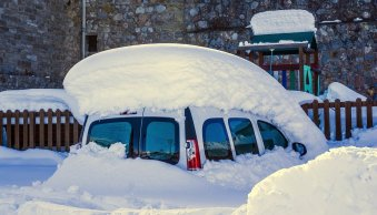 How to find a way to clean frost off car windows quickly