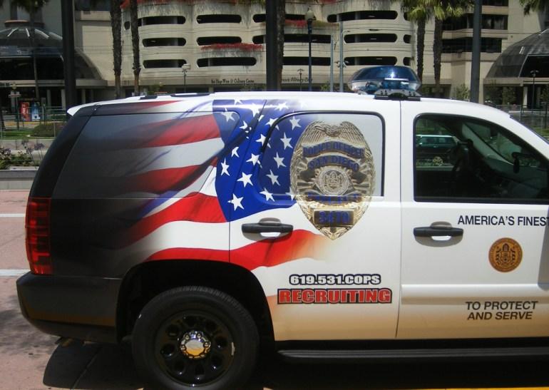 Voiture de police décorée du drapeau américain
