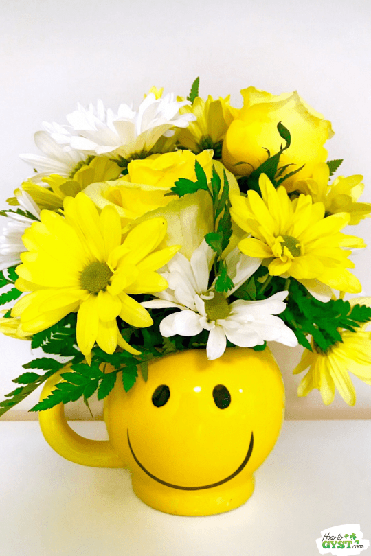 Flower bouquet in smiley face mug | Yellow roses & white daisies