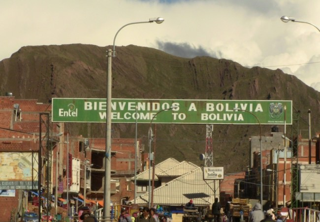 Peru Bolivia Border - Bolivia Border cross sign