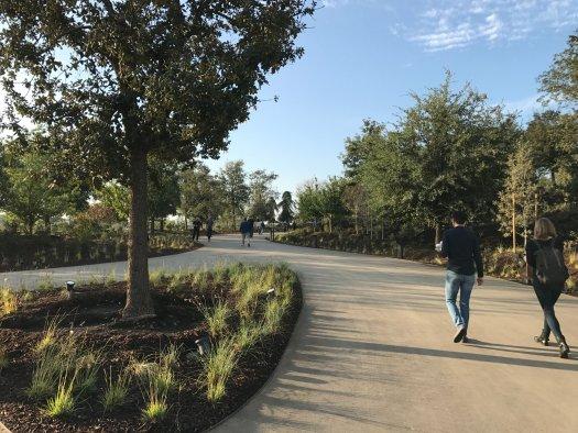 Jardines y caminos exteriores.