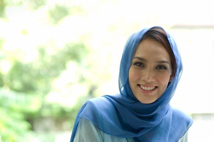 Malaysian Muslim woman smiling --- Image by © Gadd/Corbis
