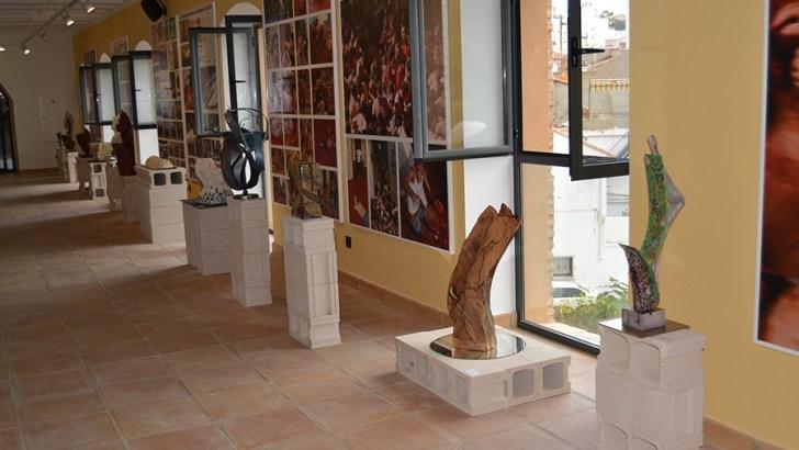 La biblioteca alberga la exposición de obras del concurso de escultura