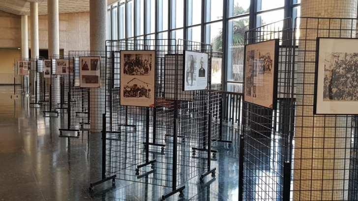 """La exposición """"Buñol Rojo"""" en el Hall de la Facultad de Historia de la Universitat de València"""