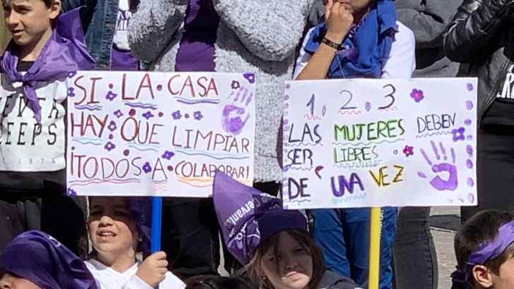 Las alumnas y alumnos del CEIP Cervantes realizan una marcha por la igualdad