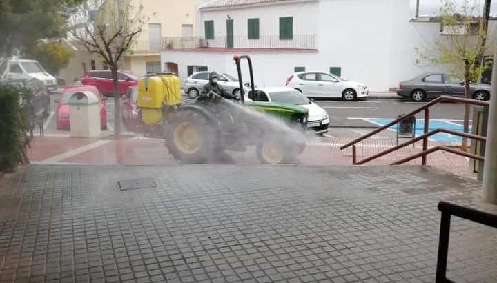 La Concejalía de Servicios de Buñol desinfecta y limpia las calles de la localidad
