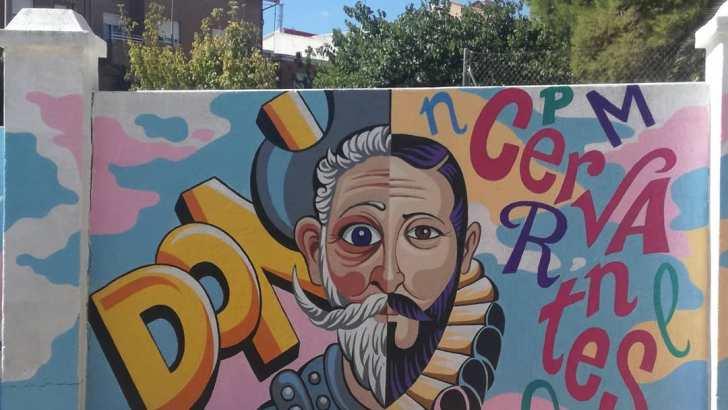 El artista buñolense Toni López pinta un mural en el patio de CP Cervantes por encargo del AMPA