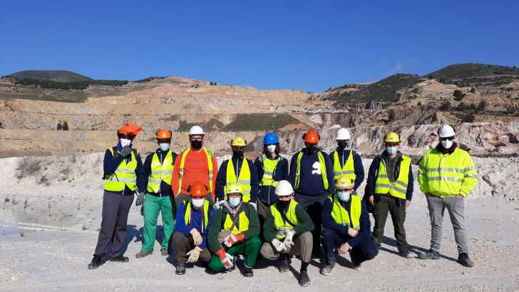Las alumnas y alumnos del IES La Hoya de Buñol realizan trabajos de reforestación en «La Rabosera»
