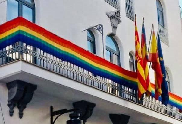 La bandera LGTBI luce en el Ayuntamiento de Buñol