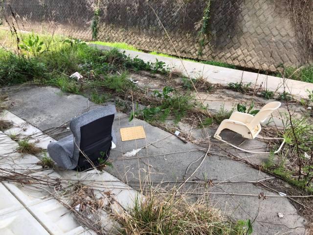 河川敷に捨てられた座椅子と赤ちゃん用のハイローチェア