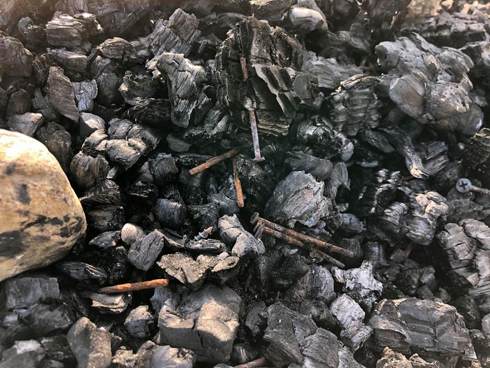 パレットでたき火をした後に残された釘