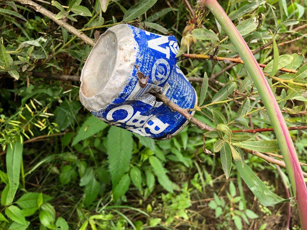 川で流されて砕かれていく途中のアルミ缶