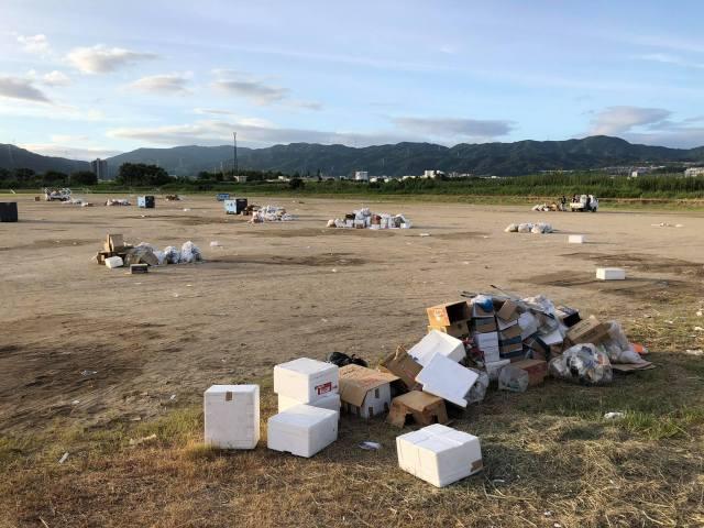 屋台業者によって残されたゴミ