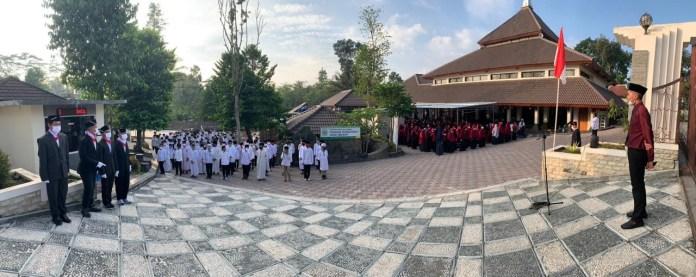 Para santri/santriwati Pesantren HPAIC Merapi sedang melaksanakan Upacara 17 Agustus