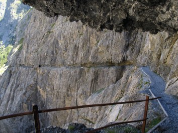 Spektakulärer Felsenweg im Val d'Uina