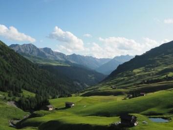 Ausblick von Strassberg Richtung Arosa mit Tiejer Fluh oberhalb Alp Medergen