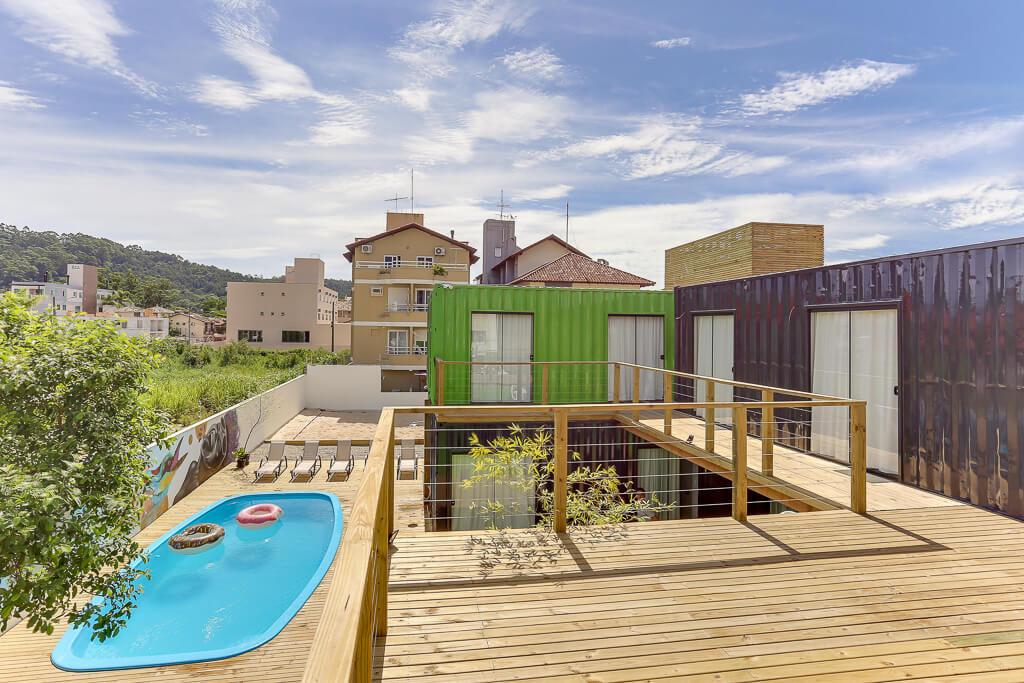 Visão geral do Innbox Hostels externamente, incluindo piscina, espreguiçadeiras, e alguns containers de quartos