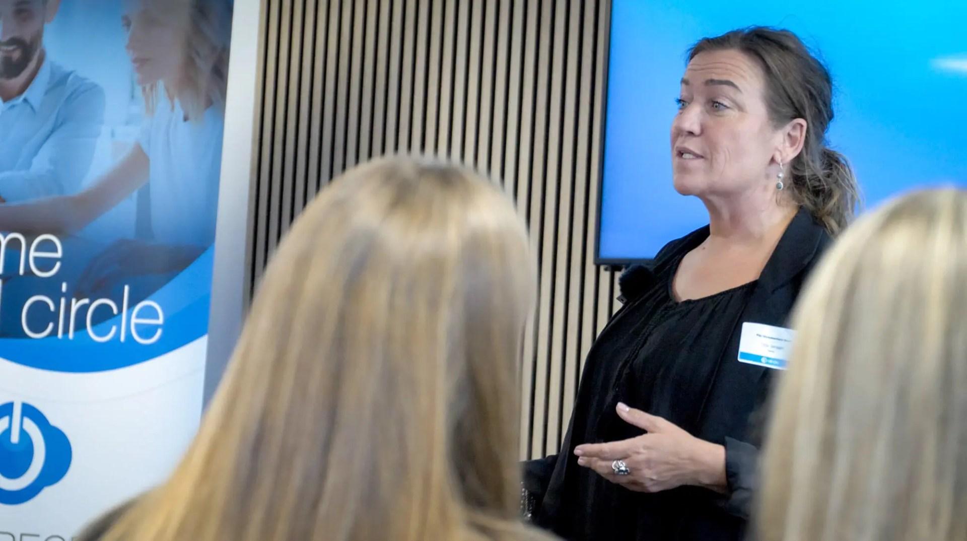 Tina Jensen, rektor for FGU Storkøbenhavn Nord, så den ledige stilling som rektor igen og igen på LinkedIn pga. jobannoncen var lagt på som Premium Job og boostet, hvilket gjorde udfaldet til, at hun søgte jobbet.